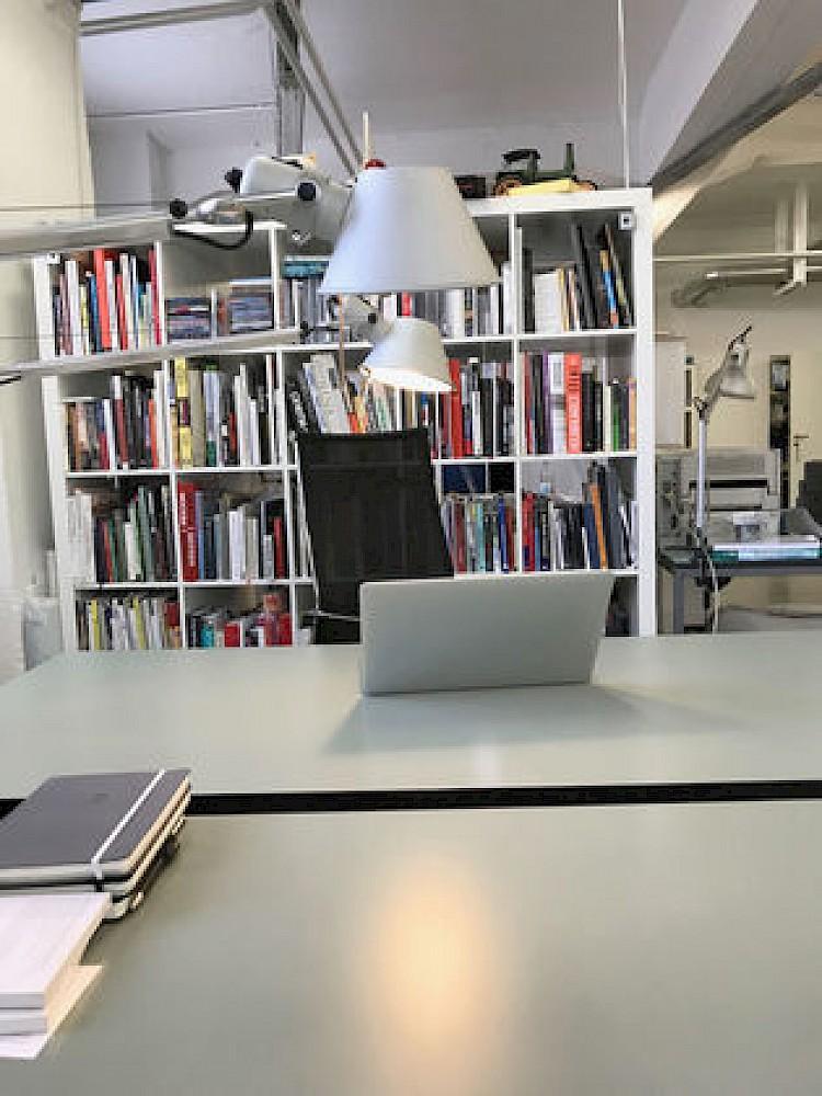 arbeitsplatz in charmantem b roloft hamburg kreativ gesellschaft. Black Bedroom Furniture Sets. Home Design Ideas